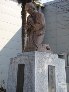 At the foot of a Japanese hackberry tree, 500m north of Dozuka Site, heads of 131 martyrs are said to have been buried.