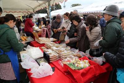 江戸時代、物資や人の行き来が盛んだった長崎街道の宿場があったことにちなみ、毎年2月11日に大村市内外の物産や工芸品を集め、大村市の物産を中心に広くPRする催しを行っています。