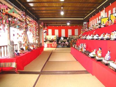 桃の節句を迎えた松原宿の旧松屋旅館で、いにしえを今に伝える雛人形が展示されます。松原宿は日本と海外を結ぶ道として、異国文化が行き交った長崎街道の宿場のひとつで、見事な雛飾りを見ることができます。
