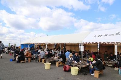 期間中の毎週日曜日は、大村湾・臼島(うすしま)沖で養殖された美味しいカキや物産の販売と、カキ焼きコーナーが設置されます。美味しいカキを堪能しよう!